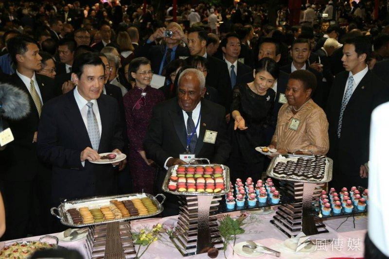 馬英九總統出席在台北賓館舉辦的「中華民國104年國慶酒會」,特別照顧喜憨兒攤位。(陳明仁攝)