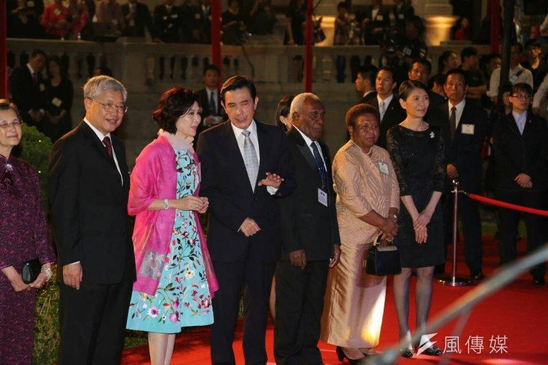 馬英九總統出席在台北賓館舉辦的「中華民國104年國慶酒會」,左為知名藝人白嘉莉。(陳明仁攝)