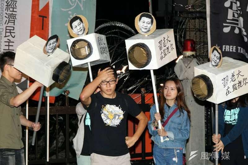 多個民間團體11日晚間前往陸委會抗議中國單方面施行卡式台胞證(蘇仲泓攝)