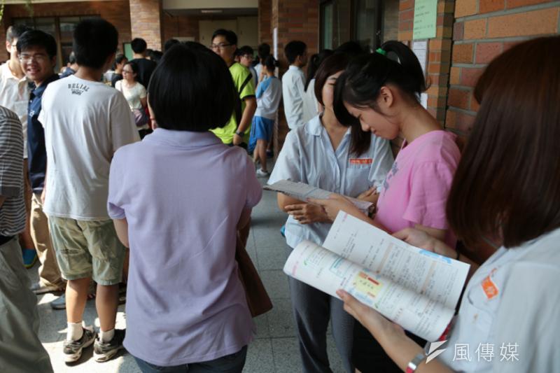 即使推行十二年國教,意味著人人都有高中念,學校卻要學生花更多的時間準備考試。(資料照/余志偉攝)