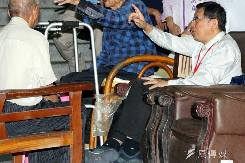 台北市長柯文哲針對重陽敬老津貼排富,在市議會遭受議員砲轟批評,圖為柯文哲訪視吳興街國軍單身退員宿舍。(蘇仲泓攝)