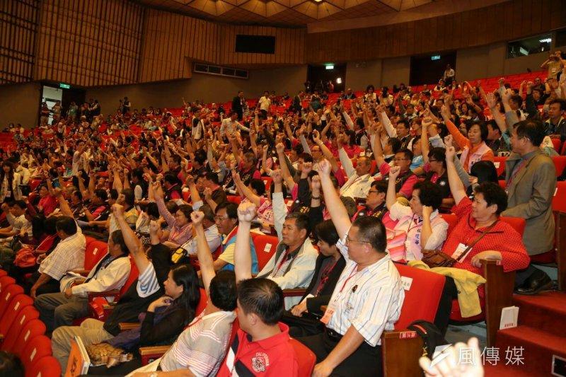 國民黨臨全會,黨代表以舉手投票方式決定換柱。(陳明仁攝)