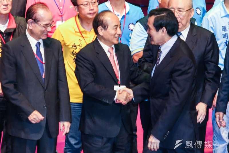 國民黨17日舉辦臨時全代會,通過換柱案後,黨政大老都上台與朱立倫拉手喊口號。馬英九與王金平握手。(陳明仁攝)