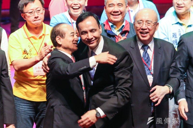 國民黨17日舉辦臨時全代會,黨政大老都上台與朱立倫拉手喊口號。(陳明仁攝)