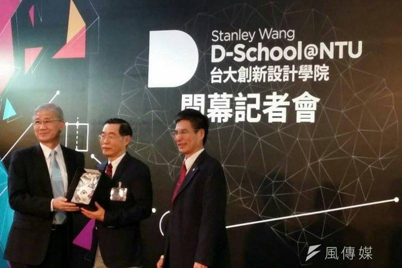 台大創新學院開幕記者會,校長楊泮池(左)與捐贈1億元給創新學院的校友王大壯(中)合影(台大創新設計學院臉書)