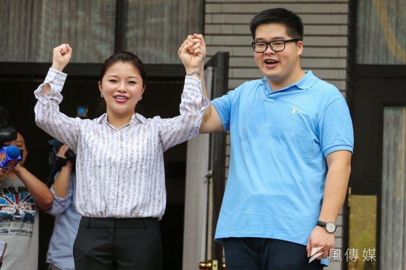 張鎔麒及張嘉郡在議場前接受媒體採訪。(陳明仁攝)