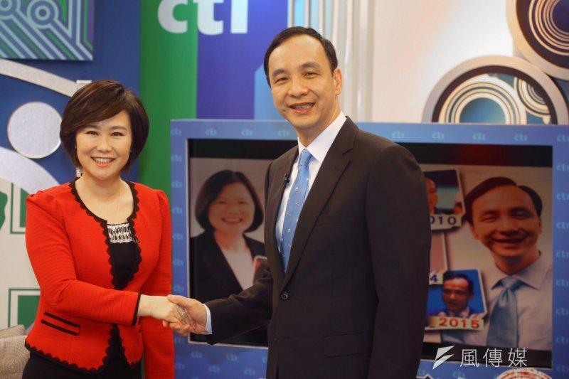 國民黨總統參選人朱立倫接受中天節目專訪,圖左為主持人平秀琳。(蔡耀徵攝)