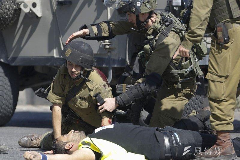 巴勒斯坦青年攻擊以色列士兵,當場遭以軍擊斃(美聯社)
