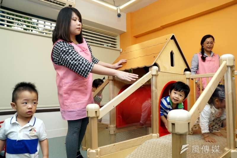 q1nvvd台北市長柯文哲22日上午參加上任後首家「雙園社區公共保母」開幕活動,很多可愛的幼兒到場。(蘇仲泓攝).jpg