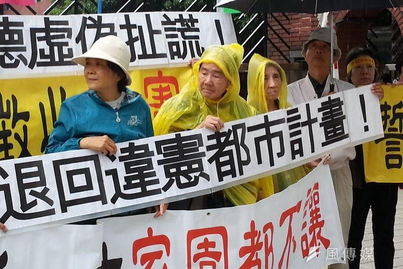 台南鐵路東移預定地的居民在內政部營建署前陳情,沒有必要性的土地徵收應立即停止。(朱淑娟攝)