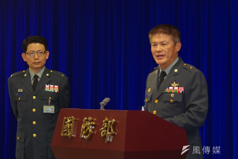 陸軍航特部指揮官黃國明少將在國防部記者會說明阿帕契攻擊直升機在11月底完成特檢。(朱明攝)