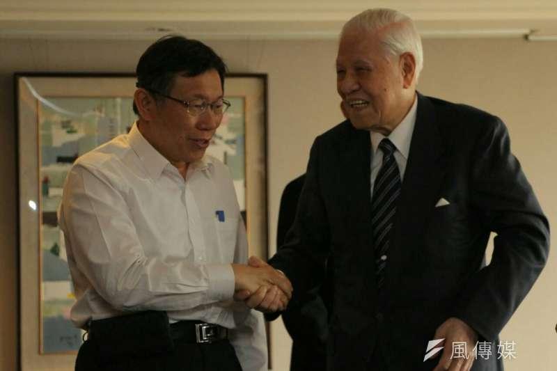 台北市長柯文哲(左)12日赴前總統李登輝(右)住所進行禮貌性拜會,知情人士指出李認為柯表現很好,更說「有你媽媽在,你沒問題」。(資料照,葉信菉攝)