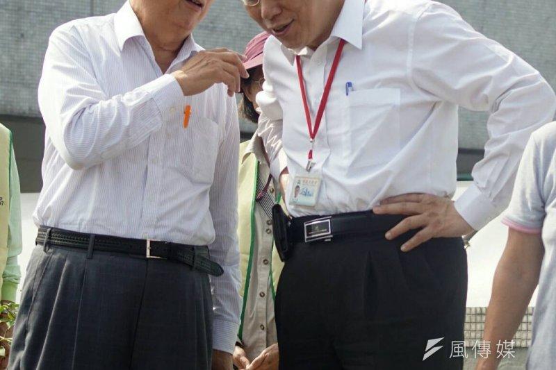 談起台北市政府離職潮,台北市長柯文哲(右)說,有能力跑的都跑光了,沒能力跑的現在也差不多都適應了。左為前台北市長黃大洲。(蘇仲泓攝)