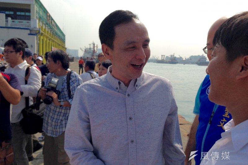 國民黨總統參選人朱立倫南下高雄,第一站到高雄港。(羅暐智攝)