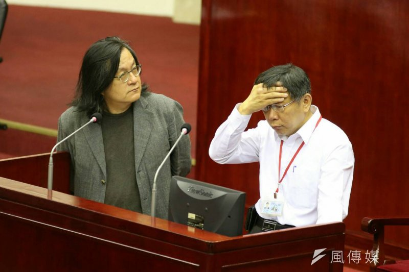 市議員批遠雄大巨蛋偷跑,台北市長柯文哲顯得非常頭痛。左為都發局長林洲民。(陳明仁攝)