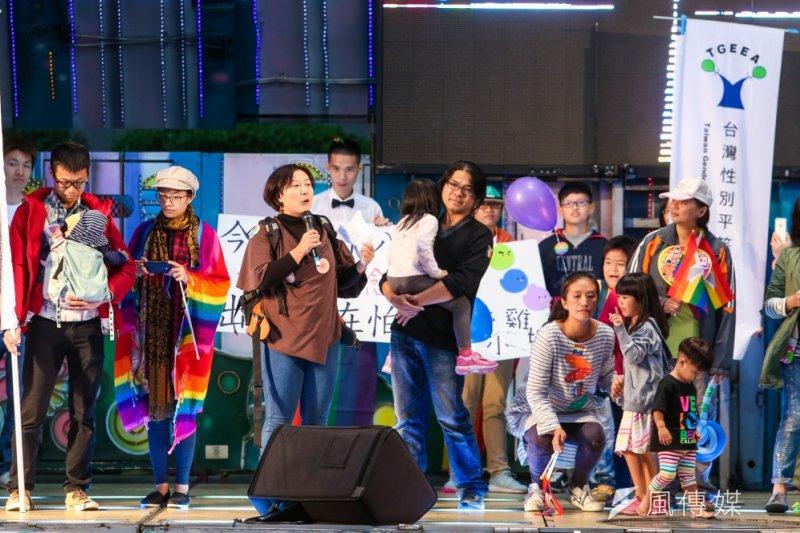 台灣同志大遊行31日在凱道登場,「親子共學教育促進會」的家長上台發聲,力挺同志。(陳明仁攝)