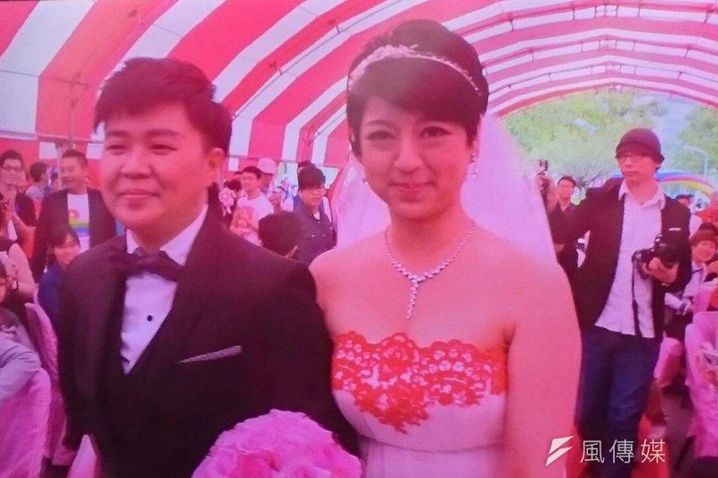 綠社盟立委參選人呂欣潔(右)與伴侶陳凌1日結婚了!(林瑋豐攝)