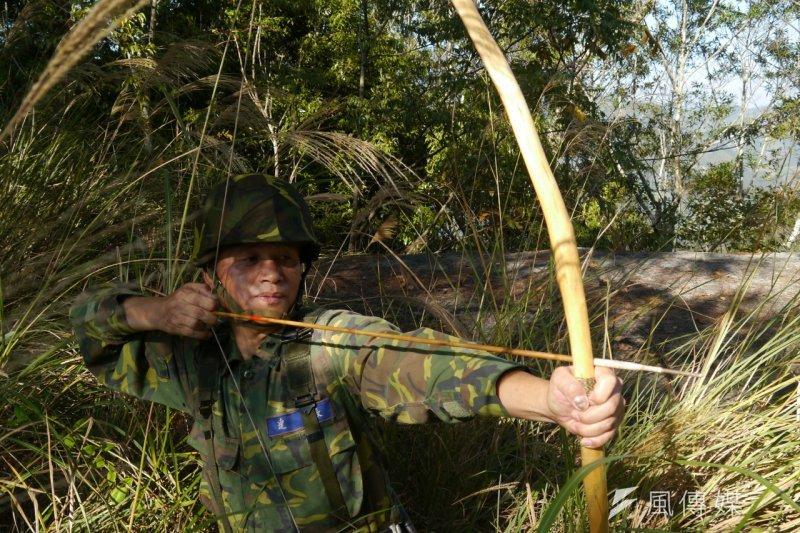 用七里香木製成的弓,是山地連成員必備的無聲武器之一。(朱明攝)