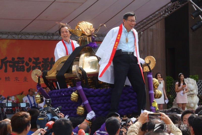11月1日,台北市長柯文哲在市政府前體驗日本松山市大神轎撞轎祈福(蔡耀徵攝)