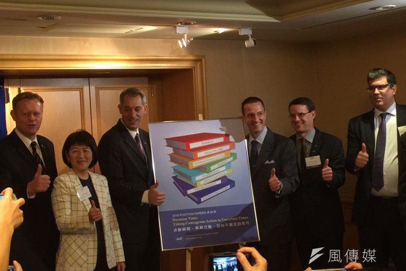 在台外商協會公布的白皮書可看出外資對台灣的評價,圖為歐洲商會(ECCT)公佈「2016政策建議書」。(仇佩芬攝)