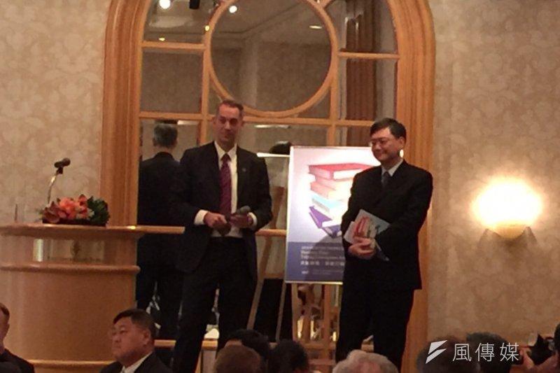 歐洲商會在3日發表的「2016政策建議書」中提出6大挑戰,呼籲台灣政府採取「果敢行動」,並將建議書面交國發會主委杜紫軍,做為政府施政參考。(仇佩芬攝)