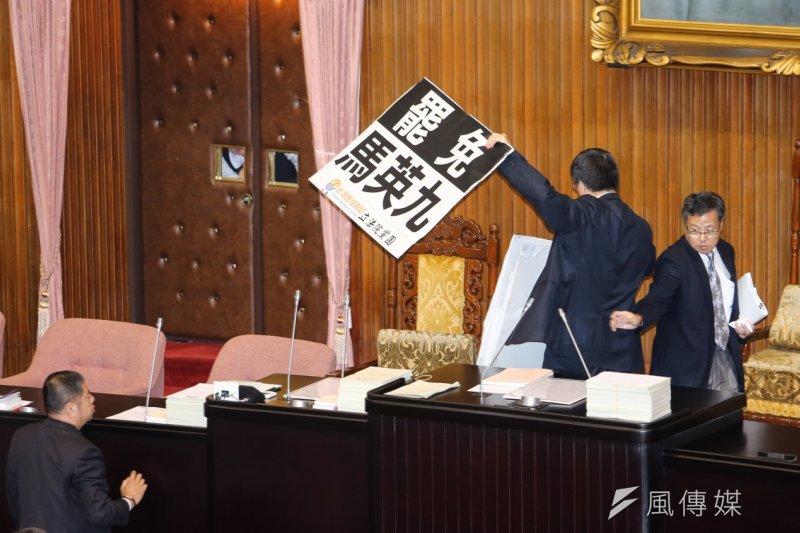 抗議馬習會,台聯立委佔領立院主席台。(陳明仁攝)