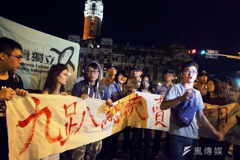 公民團體「反馬習陣線」6日「夜襲」總統府前,痛批馬習會黑箱,恐出賣台灣主權,拉出布條高喊抗議口號,並要求即刻停止馬習會,但群眾在警方人海逼近情況下,暫時離開凱道。(曾原信攝)