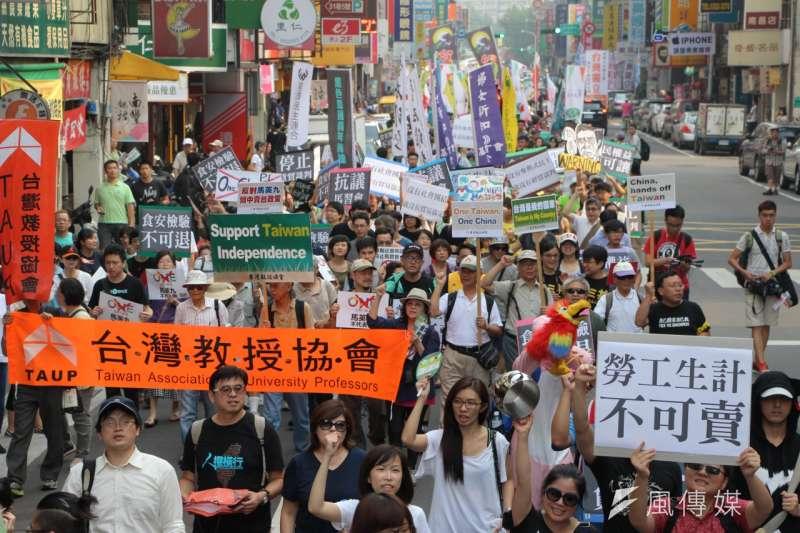 經濟民主連合等20個團體7日舉行「停止貨貿談判,抗議馬習會遊行」。(葉信菉攝)