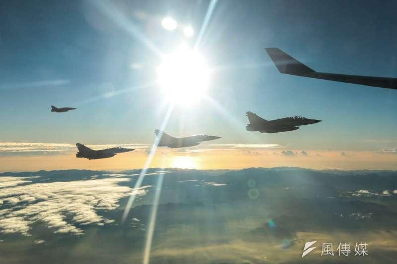 2015年11月7日馬習會,為馬英九總統專機護航的空軍幻象2000戰機(顏麟宇攝)