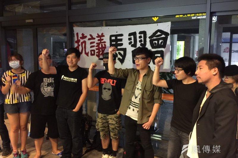 陳為廷等大批抗議人士,今天凌晨齊聚松山機場門口等候總統馬英九,抗議馬習會。(仇佩芬攝)