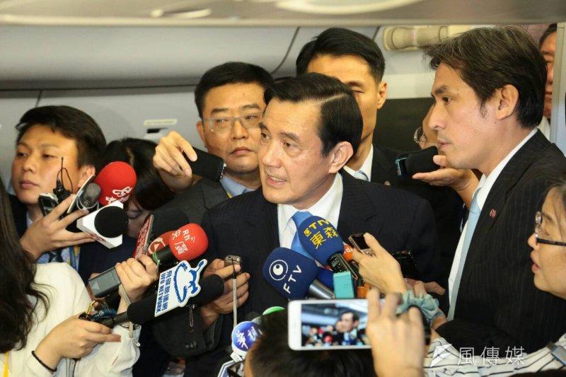 馬習會後,總統馬英九(中)在返台的總統班機上,接受媒體訪問。(顏麟宇攝)