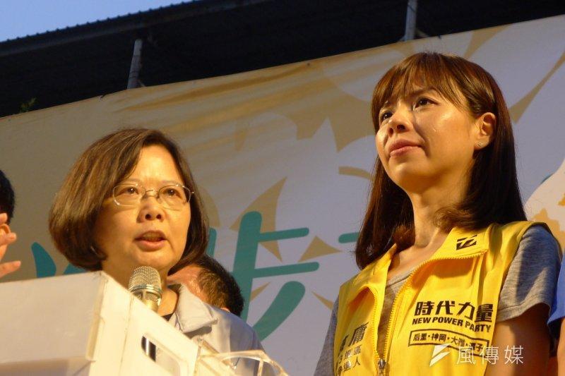 民進黨總統候選人蔡英文(左)13日晚間在台中舉辦中部最後一場造勢晚會,為時代力量立委候選人洪慈庸(右)拉抬聲勢。(資料照,林瑋豐攝)