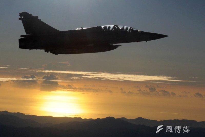 圖狄2015年11月7日馬習會,為馬英九總統專機護航的幻象2000(Mirage 2000)戰鬥機(美聯社)