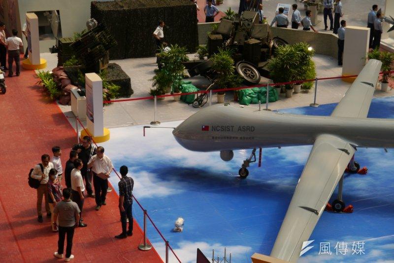 空軍新竹基地11月21日上午9時起到下午4時開放民眾進入營區,騰雲大型無人飛機將進行首次戶外展出,讓民眾近距離觀看。(朱明攝)