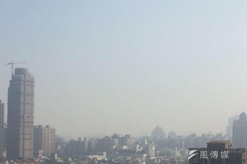 中部近來頻頻紫爆,每個人都該想想,當空污嚴重時,你願意為改善空污做些什麼?圖為11月8日台中市區一片灰濛濛。(攝影‧賴建信)