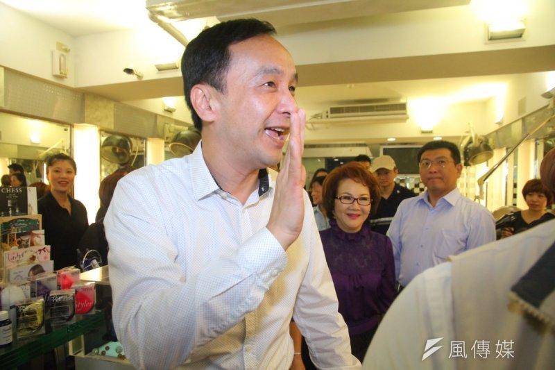 國民黨總統參選人朱立倫前往曼都髮型談技職教育。(曾原信攝)