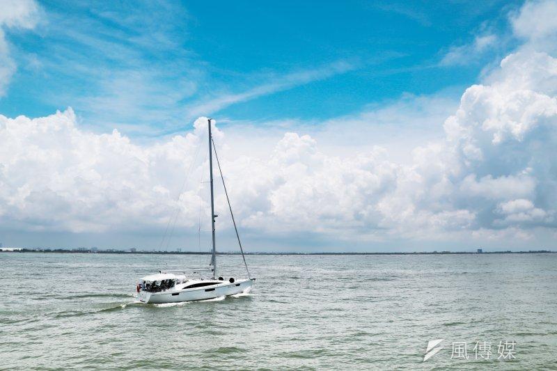 呼吸著鹹味的海風,眼望著藍白交錯的海水,當海洋給了人類依存,人類帶給海洋的是什麼反饡?海闊台灣,帶來無窮無盡的思索!(余志偉攝)