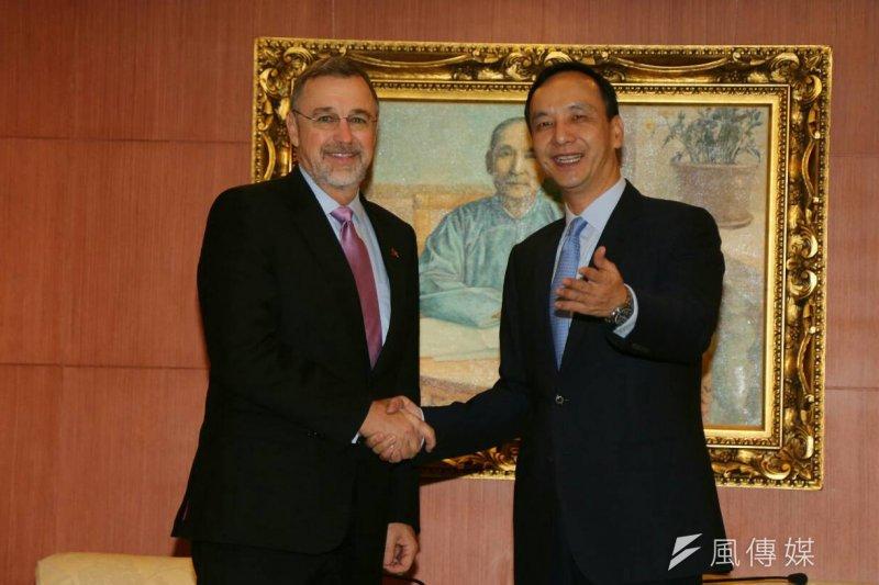 國民黨總統參選人朱立倫(右)10日上午接見美國眾議員外委會亞太小組主席邵建隆(左)。(陳明仁攝)