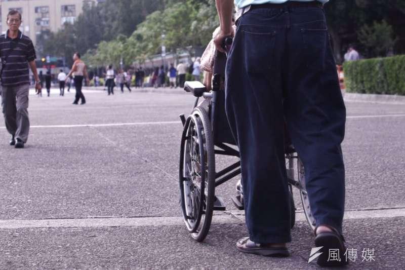 針對身障生活補助,中央政府在計算補助款時,自2019年起將會全額設算,屆時地方政府就不可以再以公彩盈餘編列身障現金補助。示意圖。(資料照,林韶安攝)