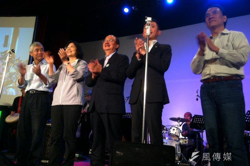 蔡英文13日晚間在新竹出席科技論壇活動,替民進黨立院黨團總召集人柯建銘強力背書加持,她對柯建銘的評價就是「不可或缺的人,一定要留在立院裡面。」(顏振凱攝)