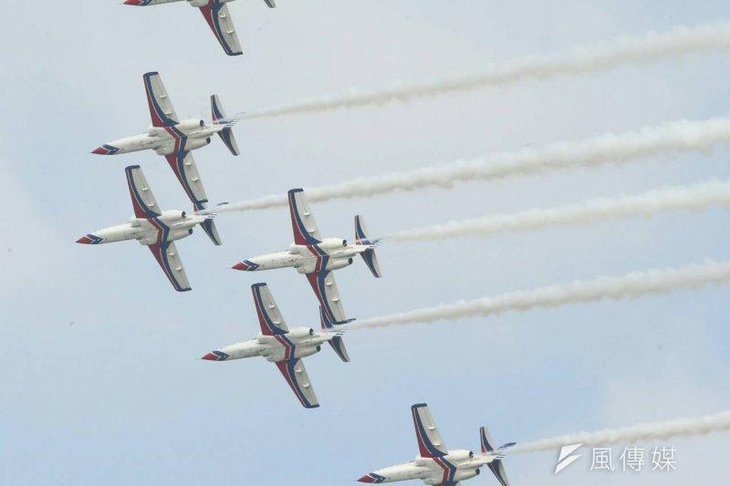 雷虎小組飛行表演項目,是由領隊朱志良上校帶領6架AT-3飛機進行飛行表演。(陳明仁攝)