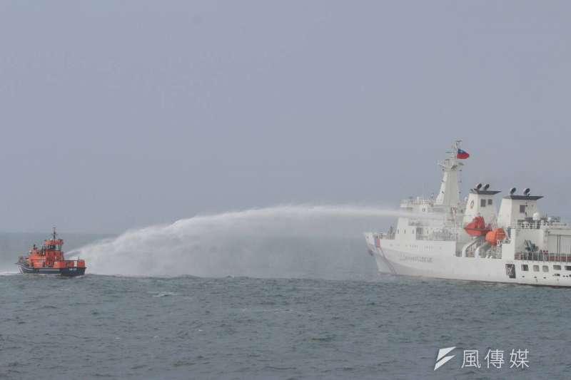 國軍聯合海巡署護漁操演,高雄艦驅離外來船隻(葉信菉攝)
