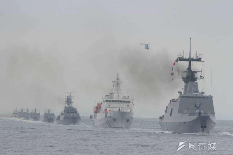 國軍聯合海巡署護漁操演,最後列隊致敬(葉信菉攝)
