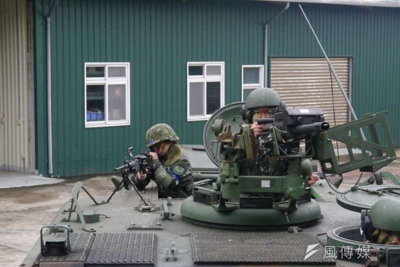 女兵徐士雅(右)高雅婷(左)兩人都受過步校專長訓已是合格的班用機槍兵。募兵制,女兵。(朱明攝)