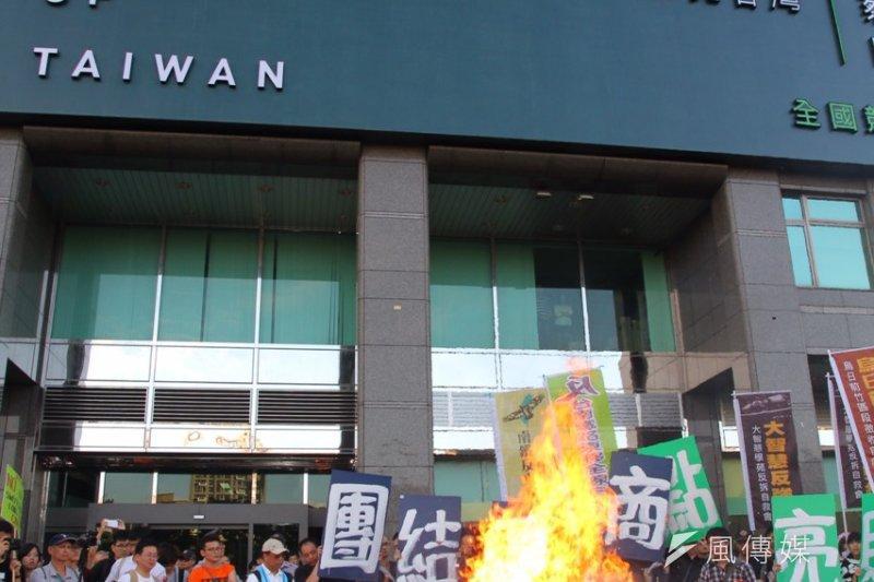 社運及勞工團體一年一度秋鬥遊行,燒掉了藍綠小豬。(曾原信攝)