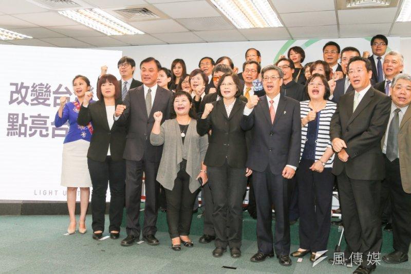 民進黨正副總統參選人蔡英文、陳建仁,24日率不分區立委被提名人一同亮相。(陳明仁攝)