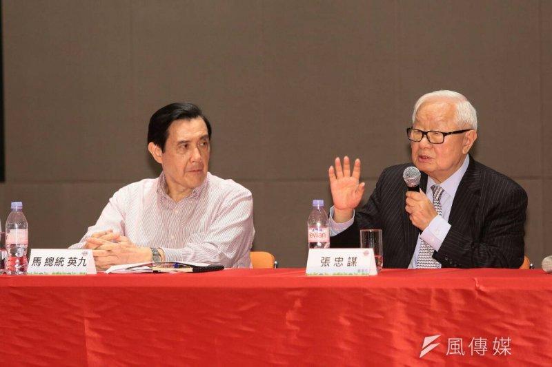 張忠謀(右)在簡報時,當面向馬英九(左)提及投資台灣2大隱憂,1是2017年將面臨限電危機,2是環保團體持續抗議。(顏麟宇攝)