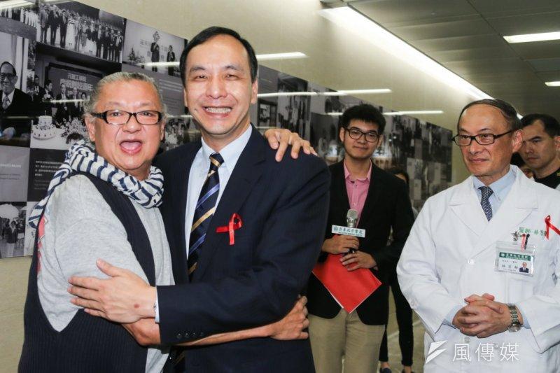 國民黨總統參選人朱立倫出席世界愛滋日暨台灣預防醫學會20周年,簽署人權宣言,並應要求和染HIV已24年的韓國強擁抱。(陳明仁攝)