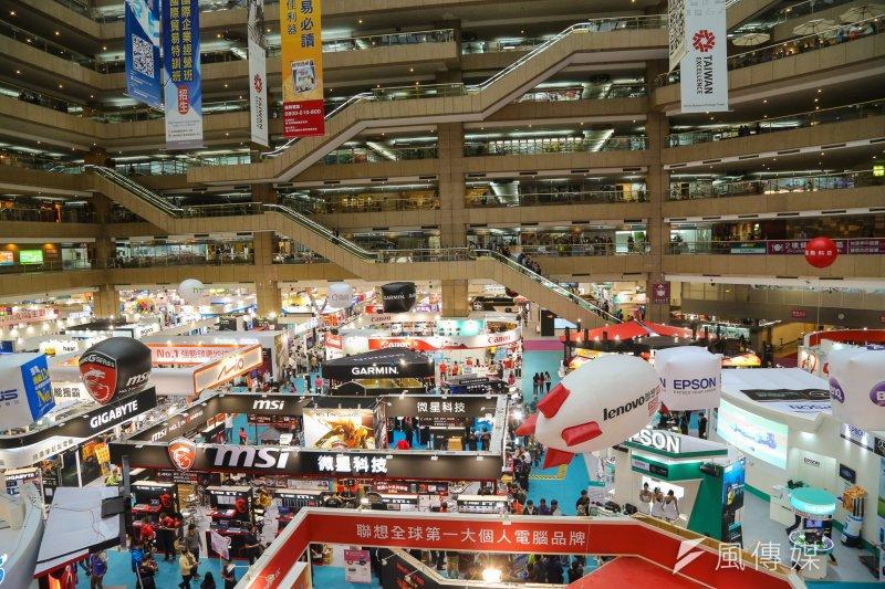 台灣科技產業面臨紅色供應鏈的衝擊,政府在該卡該放間為難。圖為104資訊月電腦展.(陳明仁攝)