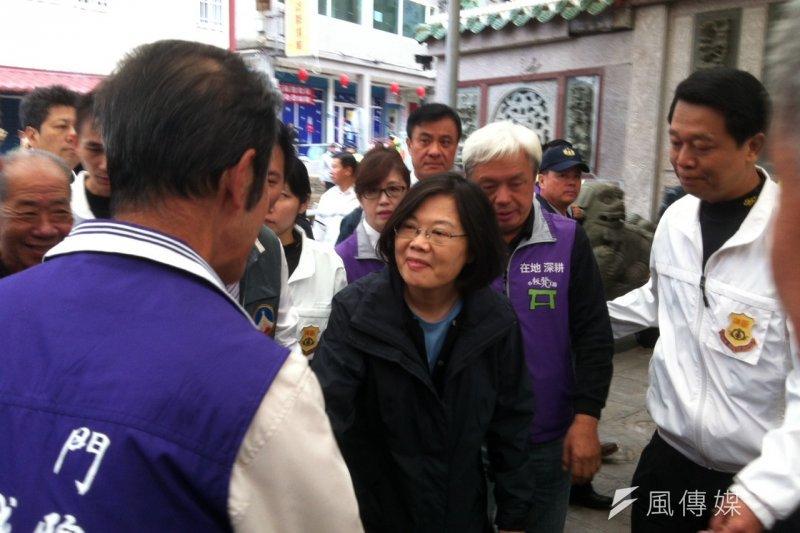 蔡英文3日上午則在陳滄江的陪同下,到金城鎮拜票。(顏振凱攝)